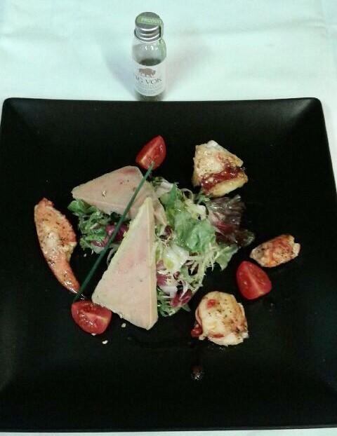Salade de homard côtier et foie gras de canard maison à l'herbe de bison